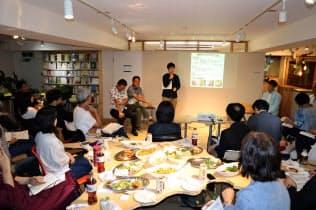 南房総2拠点サロンは酒や料理を楽しみながら、南房総の専門家の話を聞く(15日、東京都新宿区)