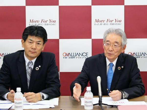 加藤喜久雄頭取(右)は懐刀の長堀和正専務(左)に譲り、経営体制の若返りを図る(10日、埼玉県庁)