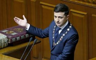 議会で就任演説したゼレンスキー新大統領(20日、キエフ)=AP
