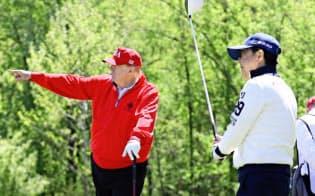 米ワシントン郊外でトランプ大統領(左)とゴルフを楽しむ安倍首相(4月27日)=内閣広報室提供