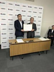 揃って記者会見にのぞんだ北村清士・東邦銀行頭取(右)と加藤容啓・福島銀行社長