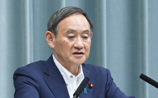 菅官房長官は消費増税への影響は「まったくない」と述べた(20日、首相官邸)