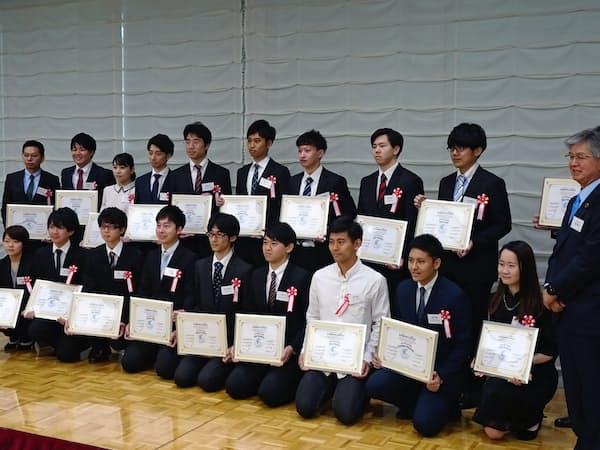 初年度は受講した43人のうち19人に認定書を授与した(20日、東京・千代田)