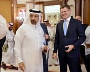 19日、ジッダでの会合に参加したサウジアラビアのファリハ・エネルギー産業鉱物資源相(左)とロシアのノワク・エネルギー相=ロイター