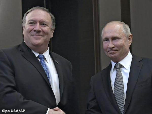 ロシアのプーチン大統領(右)はポンペオ米国務長官との会談で、米ロ関係の修復に向けた姿勢をみせた=Sipa USA/AP