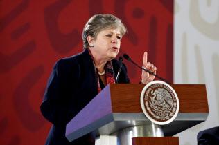 会見する国連ラテンアメリカ・カリブ経済委員会のバルセナ事務局長(20日、メキシコシティ)=EFE
