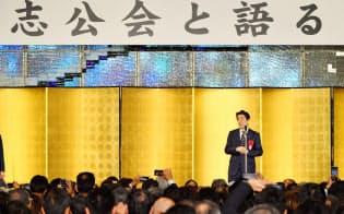 ホテルニューオータニの鶴の間で開いた麻生派のパーティーには首相があいさつに駆けつけた(14日)