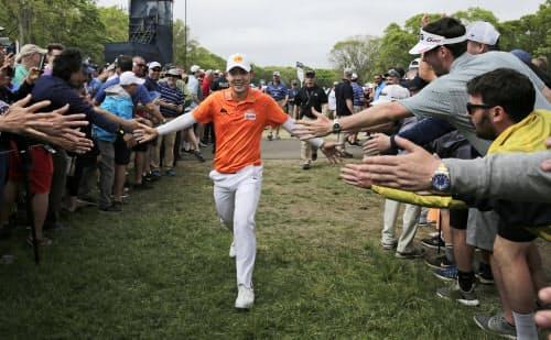 全米プロゴルフで14位に入ったジェーンワタナノンド。観客の声援に笑顔で応える=AP