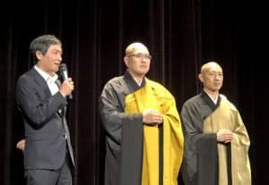 上映前に舞台あいさつをする富田克也監督(左)ら