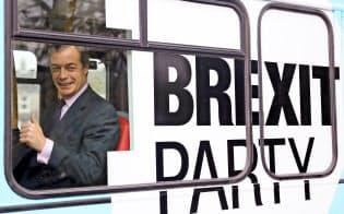 9日、選挙カーに乗る英ブレグジット党のファラージ党首=ロイター