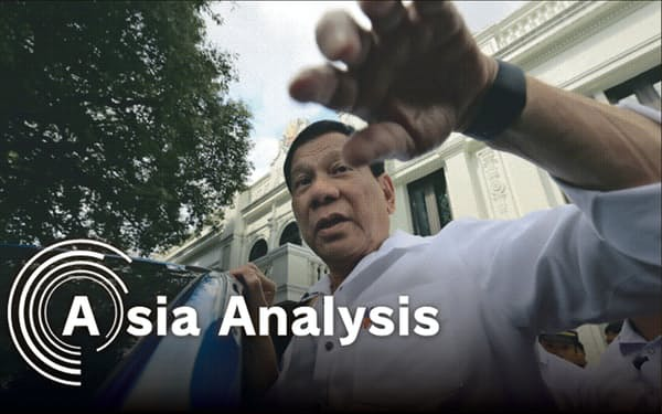 フィリピンのドゥテルテ大統領は高い人気を保ったまま任期後半に突入する(2017年2月、マラカニアン宮殿で)=小林健撮影