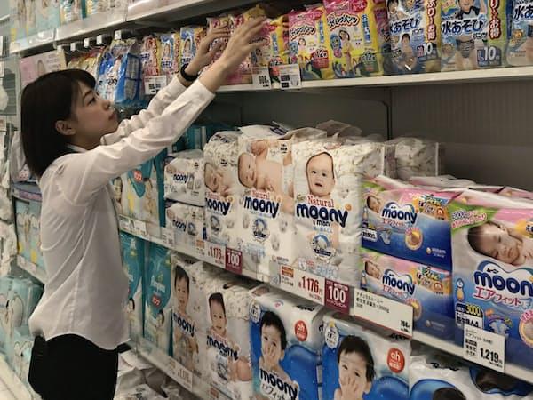 紙おむつ売り場では、「プレミアム製品」の存在感が高まっている(アカチャンホンポ スマイル 御影クラッセ店=神戸市)