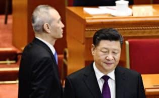 習近平氏(右)は地方視察の際も対米交渉の司令塔、劉鶴副首相(左)を伴って出かけることが多い(3月、北京の人民大会堂)=共同