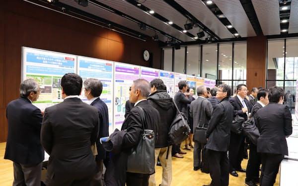 3月に開いた筑波大学産学連携シンポジウムでは、産学連携拠点の研究成果を発表するポスター展示も開かれ、企業関係者など172人が参加した