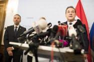 18日、副首相辞任を表明したオーストリアのシュトラッヘ氏(右)=AP