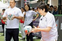 ラグビーW杯日本大会に向けたPRイベントに参加する東京都の小池百合子知事(右)(12日、東京・銀座)=共同