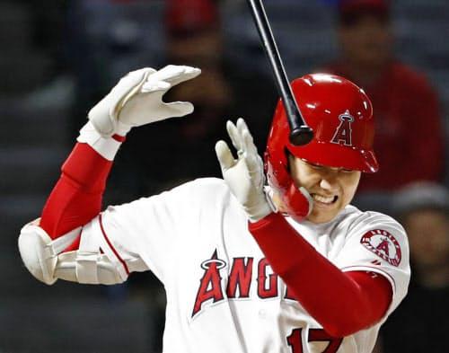 空振り三振した際、投球を右手薬指に当てたエンゼルス・大谷(20日、アナハイム)=共同