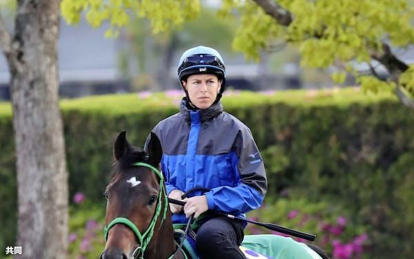 日本ダービーに向け、ダミアン・レーン騎手を背に調整するサートゥルナーリア(15日、栗東トレーニングセンター)=共同