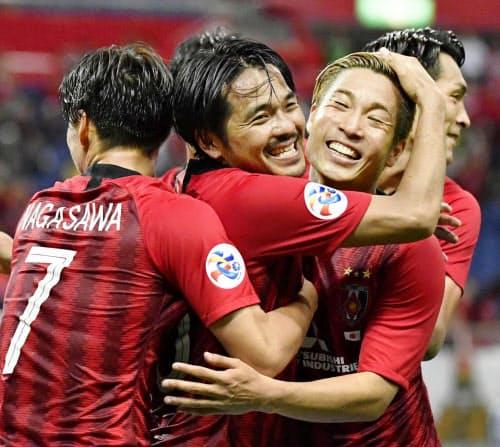 浦和―北京国安 後半、ゴールを決め抱き合って喜ぶ浦和・興梠=左から2人目(21日、埼玉スタジアム)=共同