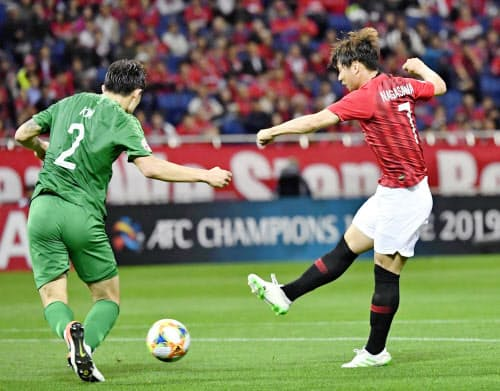 前半、先制ゴールを決める浦和・長沢=右(21日、埼玉スタジアム)=共同