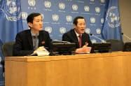 21日、ニューヨークの国連本部で会見する北朝鮮の金星国連大使(右)