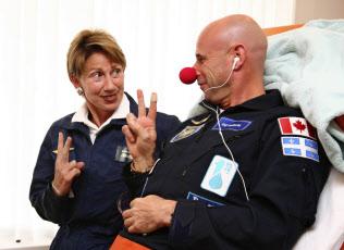 空軍長官に指名されたバーバラ・バレット氏(写真左)