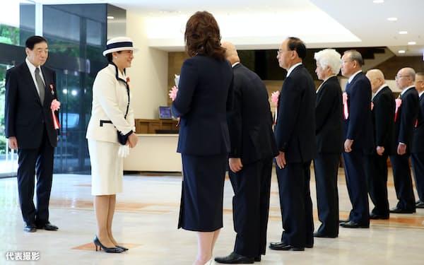 全国赤十字大会の会場に到着し、出迎えを受ける皇后さま(22日、東京都渋谷区の明治神宮会館)=代表撮影
