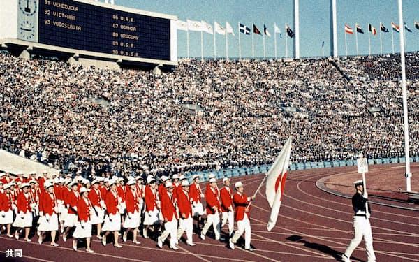 1964年東京五輪開会式で入場行進する日本選手団(国立競技場)=共同