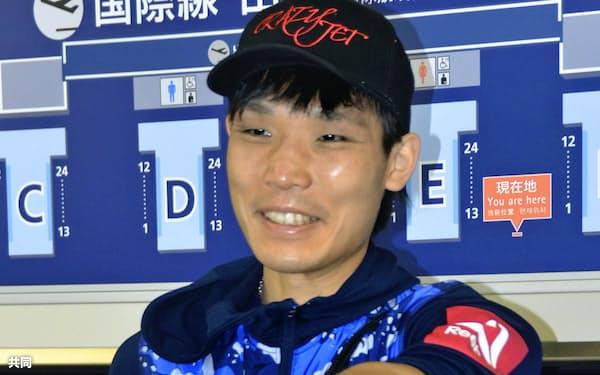 中国へ出発する前に、関西空港で取材に応じポーズをとる前WBAスーパーバンタム級王者の久保隼(22日午前)=共同