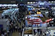 開幕し多くの人でにぎわう「人とくるまのテクノロジー展」(22日、横浜市西区)