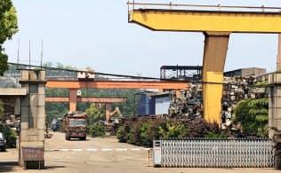 地条鋼の材料とみられるくず鉄のスクラップが大量に積み上げられている(江蘇省常州市)