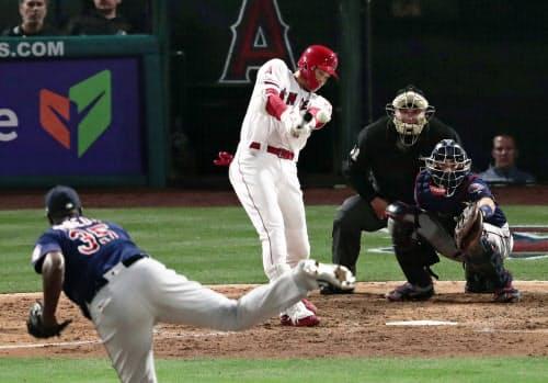 ツインズ戦の6回、右前打を放つエンゼルス・大谷。投手ピネダ(21日、アナハイム)=共同