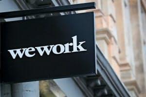 ニューヨークのシェアオフィスの外に掲げられた米ウィーワークのロゴ=ロイター