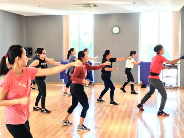 グンゼスポーツがカンボジアで開いた店舗では、多くの女性客が朝のプログラムに参加した