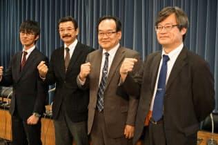 名古屋大の天野浩教授(右)らは窒化ガリウムを使ったパワー半導体の試作ラインを稼働したと発表した(22日、都内)
