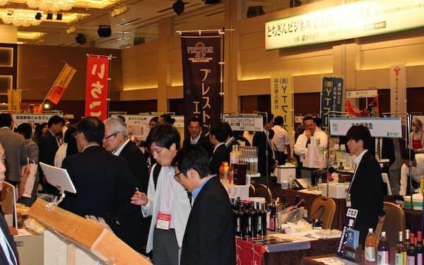 地元の農産品などの販売を後押しする地方銀行は多い(18年5月、栃木銀行が都内で開いた商談会)