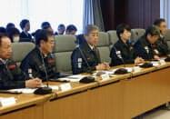災害対策本部会議で発言する岩屋防衛相(左から3人目、22日午前)=共同