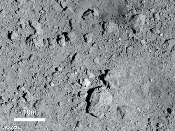 人工クレーター付近の様子(高度約500メートルから撮影。中央右上の色が暗くくぼんだ場所がクレーター)=JAXAなど提供