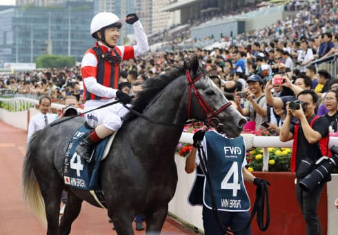 香港競馬のクイーンエリザベス2世カップで優勝したウインブライトと松岡正海騎手=共同