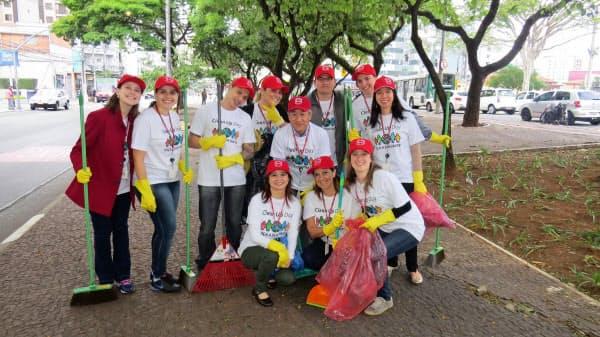 初めての海外赴任で日本の働き方の特殊性を知った(ブラジル味の素社長時代の西井=中央)