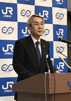 記者会見するJR西の来島社長(22日、大阪市)