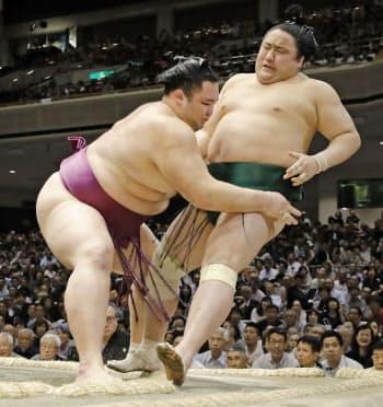 朝乃山(左)が寄り切りで佐田の海を破る(22日、両国国技館)=共同