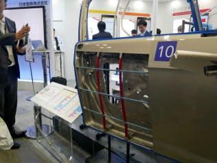 日本製鉄は鉄だけを使って軽くできる新技術を提案した(22日、横浜市)