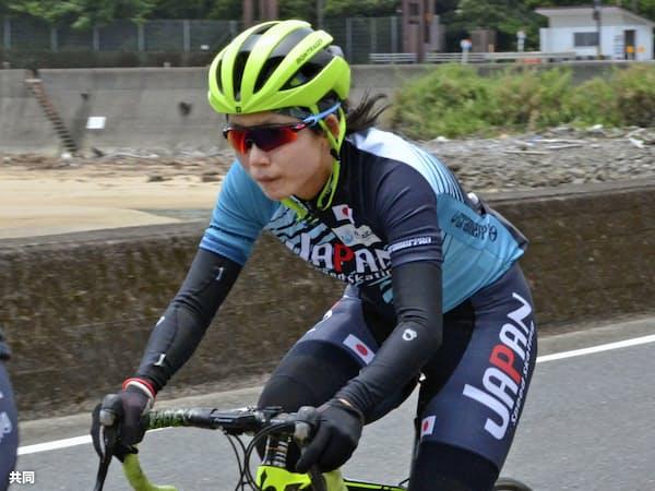 スピードスケートのナショナルチームの強化合宿で自転車をこぐ高木美帆(22日、宮崎県日南市)=共同