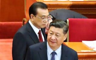 習近平国家主席(手前)と李克強首相(3月5日、北京)