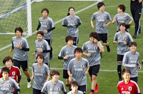 W杯に向けた合宿で調整する(奥左から)岩渕、長谷川ら女子日本代表(22日、千葉県内)=共同