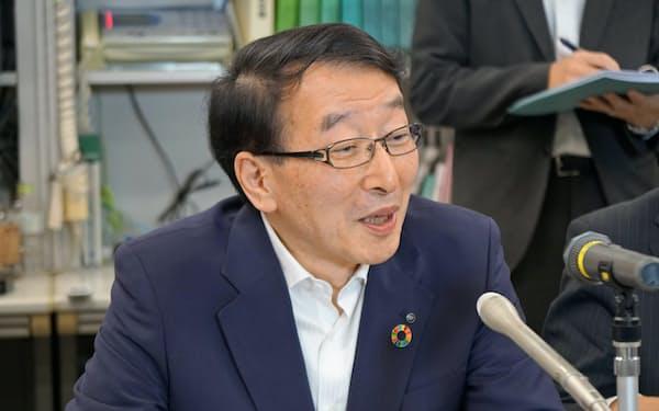 会見する地銀協の柴戸会長(22日、東京都中央区)