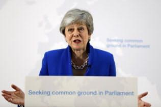 演説する英国のメイ首相(21日、ロンドン)=AP