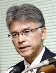 男子バレーボール部の体罰問題で、記者会見する桑本広志校長(22日午後、尼崎市)=共同