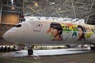 JALは嵐のメンバーとハワイをイメージしたイラストをあしらった特別塗装の「ARASHI HAWAII JET」を公開した(22日、千葉県成田市)